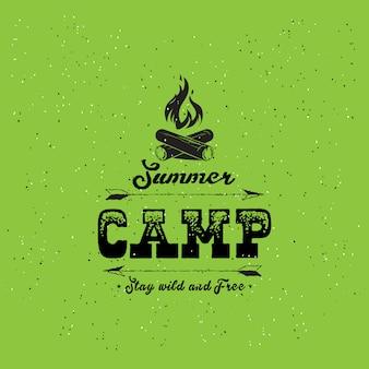 Vintage odznaka obóz letni i inne logo na zewnątrz i emblematy z etykietami na zielonym tle.