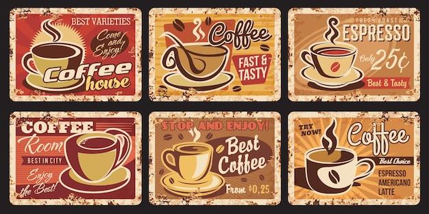 Vintage parze zardzewiałe talerze do kawy. kawiarnia, kawiarnia gorące napoje i napoje vintage wektor nieczysty blaszane tabliczki, odrapane metalowe płytki z teksturą rdzy, espresso, americano i późna kawa w filiżankach