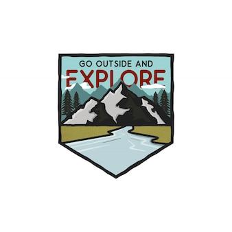 Vintage ręcznie rysowane logo przygody z górami, rzeką i cytatem - wyjdź na zewnątrz i odkrywaj.