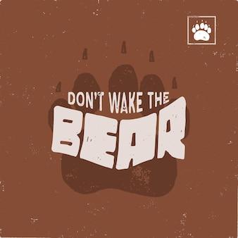 Vintage ręcznie rysowane ślad niedźwiedzia z cytatem tekstowym nie budź niedźwiedzia. ślad zwierząt w stylu retro.