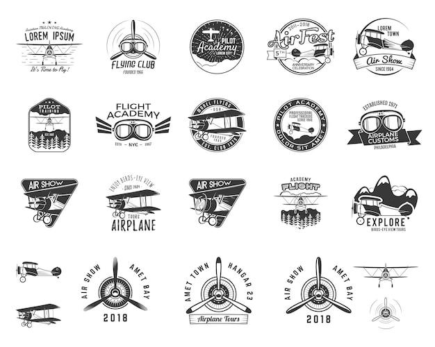 Vintage ręcznie rysowane stare znaczki muchy. emblematy wycieczka samolotem podróży lub biznesu. etykiety akademii dwupłatowców. odznaka retro lotnicze na białym tle. logo szkoły pilotażowej. projekt koszulki samolotowej, wydruki, projektowanie stron internetowych. wektor zapasowy