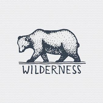 Vintage stare logo lub znaczek, grawerowane etykiety i stary ręcznie rysowane styl z dzikim niedźwiedziem grizzly