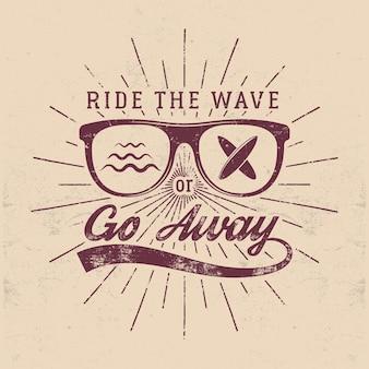 Vintage surfing graphics i godło do projektowania stron internetowych lub drukowania. surfer, projektowanie logo w stylu plaży. szklana odznaka surfowania. uszczelnienie deski surfingowej. wyżywienie latem. jeździć na fali lub odejść insygnia hipster wektorowe.