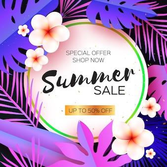 Violet tropical summer sale. liście palmowe, rośliny, kwiaty frangipani - plumeria. egzotyczne wycinanki z papieru.