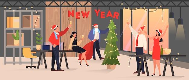 W biurze ludzie świętują nowy rok i święta. impreza biznesowa, postać w czapce świętego mikołaja. ilustracja w stylu kreskówki