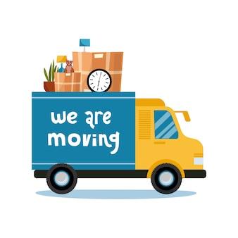 W ruchu . ciężarówka z domowymi rzeczami w środku. kartony w futniture i kot w van. widok z boku pojazdu. pojedynczo na białym.
