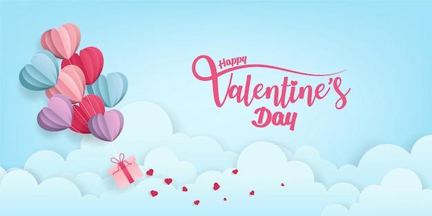 Walentynki hearts fliying gospodarstwa prezent nad chmurami