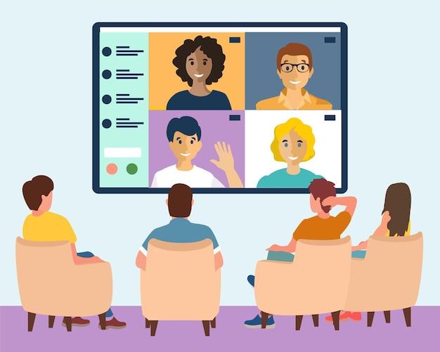 Webinarium online, mężczyźni i kobiety siedzą w sali konferencyjnej i patrzą na duży ekran