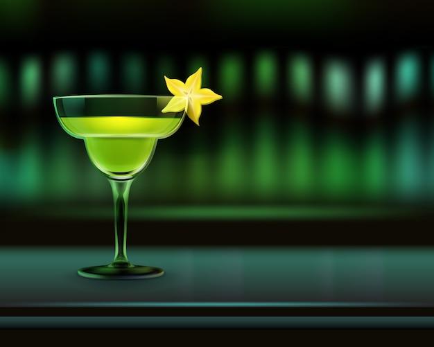 Wektor koktajl alkoholowy na blacie barowym przyozdobionym kawałkiem owoców gwiazdy i ciemnozielonym rozmyciem tła