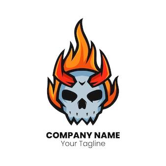 Wektor logo maskotki głowy ognia czaszki