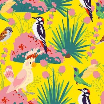 Wektor płaski tropikalny wzór z ręcznie rysowane rośliny dżungli, egzotyczne ptaki i elementy dzikiej przyrody kwiatowy na białym tle na żółtym tle. dobry do pakowania papieru, kart, tapet, zawieszek na prezenty.