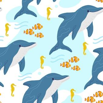Wektor płaski wzór z ręcznie rysowane zwierzęta morskie, błazenek, konik morski, delfin, woda na białym tle. dobry do pakowania papieru, kart, tapet, metek upominkowych, dekoracji przedszkola itp