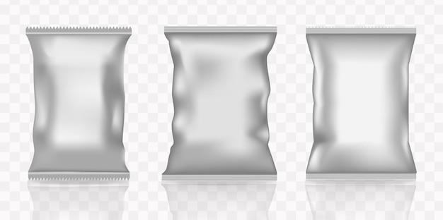 Wektor realistyczne 3d zestaw białych saszetek z przekąskami lub cukierkami. makieta do brandingu opakowań produktów.