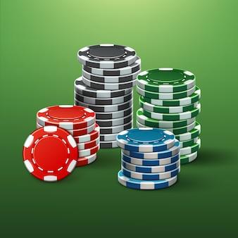 Wektor realistyczne czerwone, czarne, niebieskie, zielone żetony kasyno stosy widok z boku na białym tle na stole do pokera