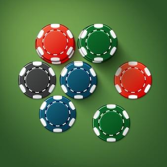 Wektor realistyczne czerwone, czarne, niebieskie, zielone żetony w kasynie stosy widok z góry na białym tle na stole do pokera