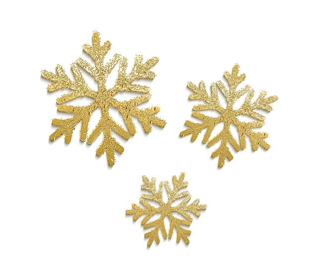 Wektor realistyczne złote płatki śniegu z błyszczącą teksturą. zimowe wakacje tradycyjna dekoracja.