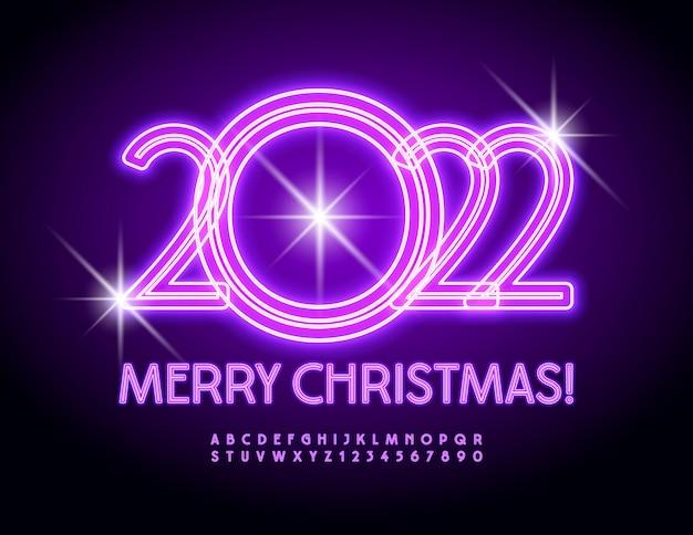 Wektor świecące kartkę z życzeniami wesołych świąt 2022 fioletowa czcionka neonowe litery i cyfry alfabetu
