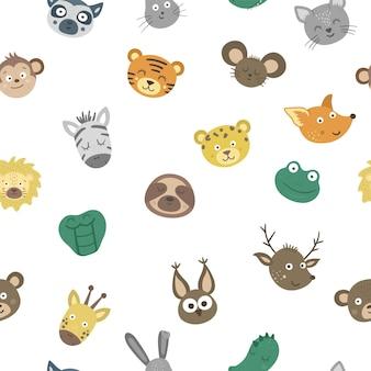 Wektor wzór z twarzami zwierząt. tło z postaciami tropikalnymi i leśnymi. papier cyfrowy z naklejkami emoji. głowy z zabawną teksturą wyrażeń