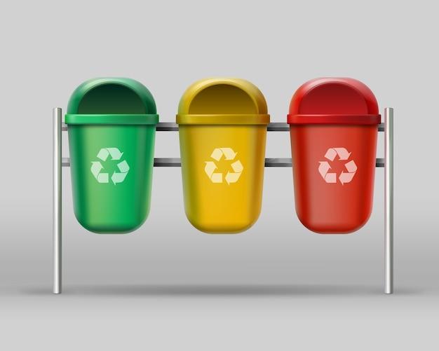 Wektor zestaw czerwonych, żółtych, zielonych pojemników do recyklingu na odpady szklane, plastikowe, papierowe
