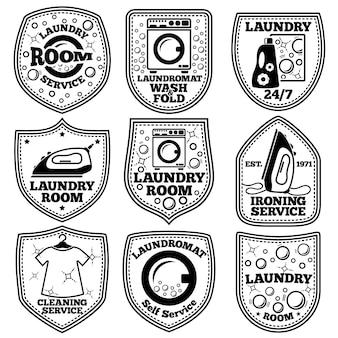Wektor zestaw etykiet pralni. z pralką, żelazkiem, ubraniami, bąbelkami, detergentem itp.