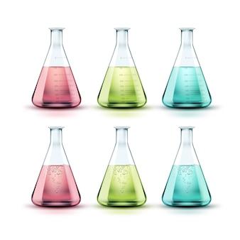 Wektor zestaw kolb laboratoryjnych z przezroczystego szkła z zielonym, różowym, niebieskim płynem i bąbelkami na białym tle