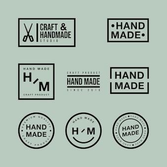Wektor zestaw liniowych odznak i elementów projektu logo do ręcznie wykonanych w płaskiej konstrukcji na zielonym tle