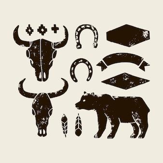 Wektor zestaw ręcznie rysować elementy dzikiego zachodu na białym tle. cowboy western ikony w trybie monochromatycznym. elementy projektu logo, etykieta, godło, znak, odznaka. byk czaszka, podkowa, pióro, niedźwiedź.