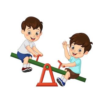 Wektorowa ilustracja kreskówka dwa małego chłopca bawiącego się na huśtawce