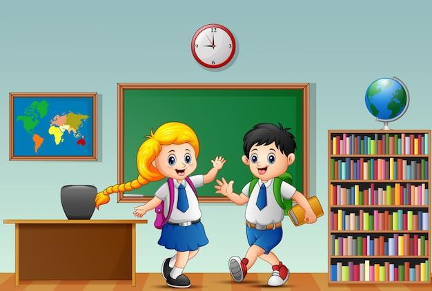 Wektorowa ilustracja szczęśliwi szkolni dzieciaki w sala lekcyjnej