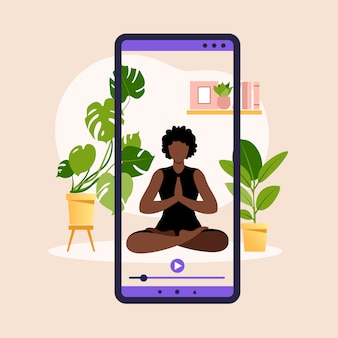 Wellness i zdrowy styl życia w domu. afrykańska kobieta robi joga ćwiczeniom. baner jogi online z młodą dziewczyną w ekranie asany, roślin domowych i smartfona. ilustracja.