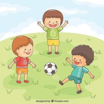 Wesoła dzieci grających w piłkę nożną