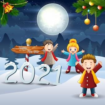 Wesołe dzieciaki w zimowy nocny krajobraz