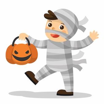 Wesołego halloween. śmieszne małe dzieci w stroju mumii z koszem dyni dla trick or treat na białym tle.
