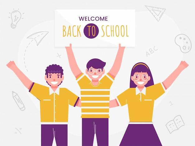 Wesoły studentów chłopców i dziewczyna trzymając tablicę ogłoszeń z powrotem do szkoły i elementy edukacyjne zdobione białym tłem.