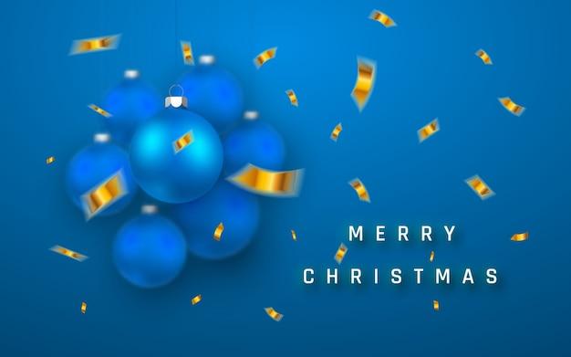 Wesołych świąt bożego narodzenia tło wakacje z realistycznymi niebieskimi bombkami i złotym konfetti.