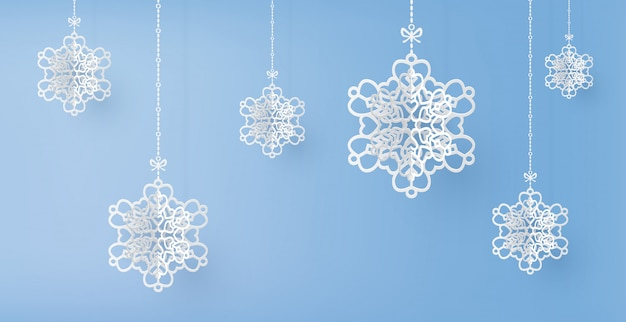 Wesołych świąt i sezonu zimowego z płatkami śniegu wycinanymi z papieru