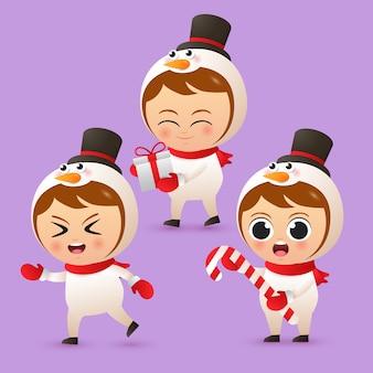 Wesołych świąt ładny chłopiec charakter nosić strój bałwana