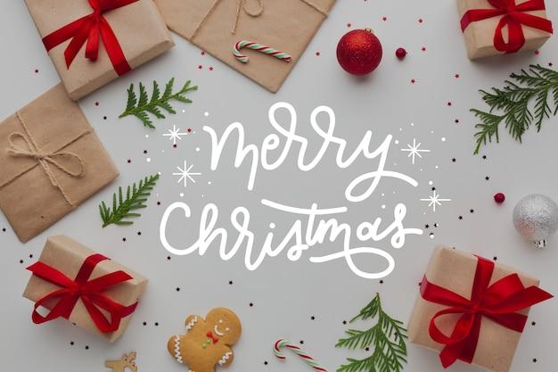Wesołych świąt napis na zdjęciu z prezentami