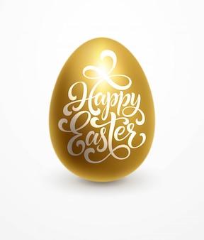 Wesołych świąt napis na złotym jajku.