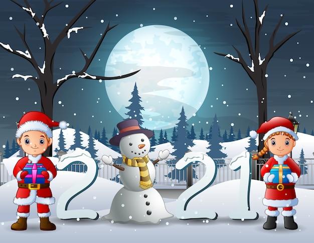 Wesołych świąt obchodzi santa chłopiec i dziewczynka trzymając pudełko