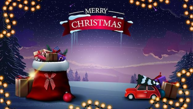 Wesołych świąt. piękny kartkę z życzeniami z torbą świętego mikołaja z prezentami, czerwony samochód zabytkowy przewożący choinkę i zimowy krajobraz