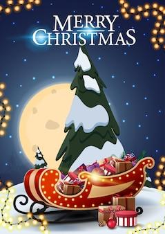 Wesołych świąt, pionowa pocztówka z kreskówkowym świerkiem, gwiaździste błękitne niebo, duży księżyc w pełni i sanie świętego mikołaja z prezentami