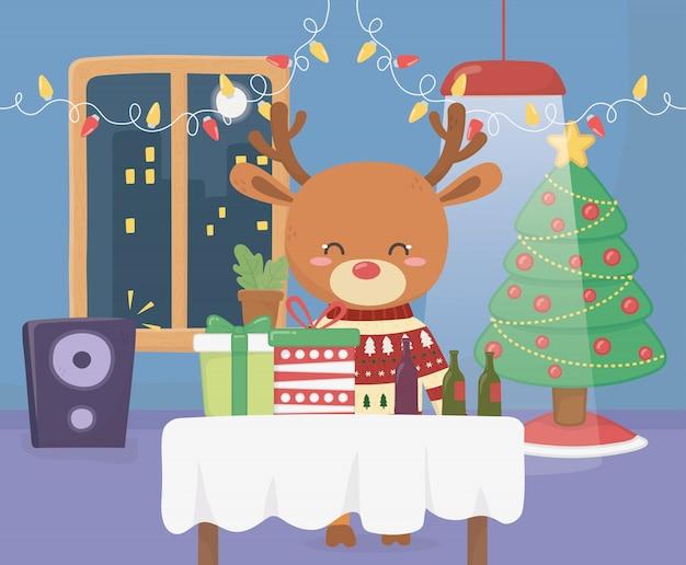 Wesołych świąt uroczystości zabawy jelenia z sweter i prezenty party piwo drzewo
