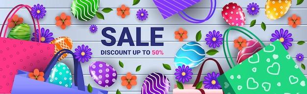 Wesołych świąt wielkanocnych obchody sprzedaży ulotki lub karty z pozdrowieniami z ozdobnymi kwiatami jaj