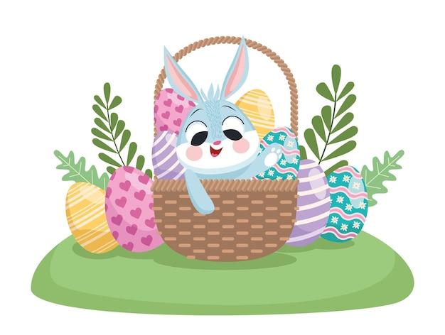 Wesołych świąt wielkanocnych z uroczym królikiem i jajkami malowanymi w koszyku
