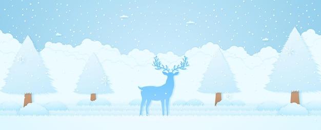 Wesołych świąt zimowy krajobraz renifer z drzewem w parku pada śnieg i płatki śniegu