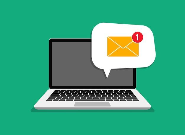 Wiadomość e-mail na ekranie laptopa. laptop z kopertą na ekranie. koncepcja przypomnienia wiadomości. biuletyn na komputerze. symbol odbioru wiadomości e-mail, usługa, powiadomienie, e-mail, nowa wiadomość.