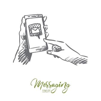 Wiadomości, poczta, smartfon, łączenie, koncepcja internetu. ręcznie rysowane smartfon w ludzkich rękach z symbolem poczty wysłał szkic koncepcyjny.