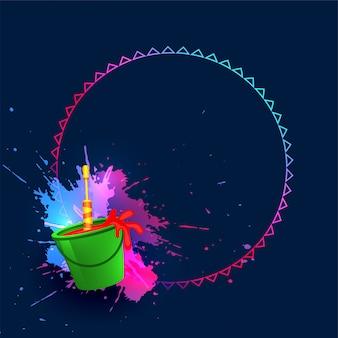 Wiadro kolorów i pichkari szczęśliwy holi tło
