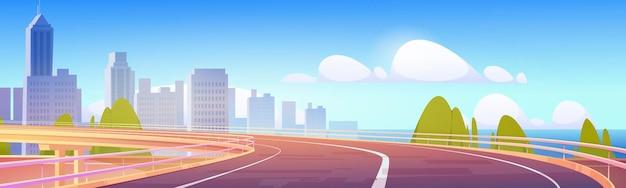 Wiadukt autostrada pusta droga do miasta z wieżowcem